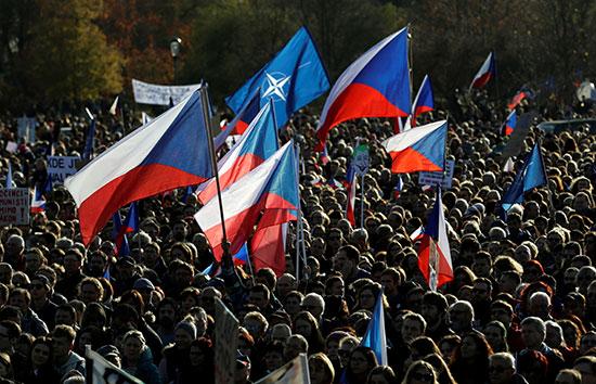 المحتجون يرفعون اعلام التشيك خلال احتجاجاتهم ضد رئيس الوزراء