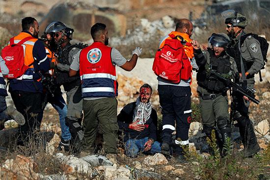 متظاهر فلسطيني جريح بين قوات الاحتلال الاسرائيلى