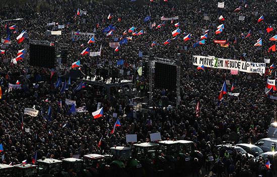 جانب من احتجاج ألاف التشيكيون فى براغ ضد رئيس الوزراء
