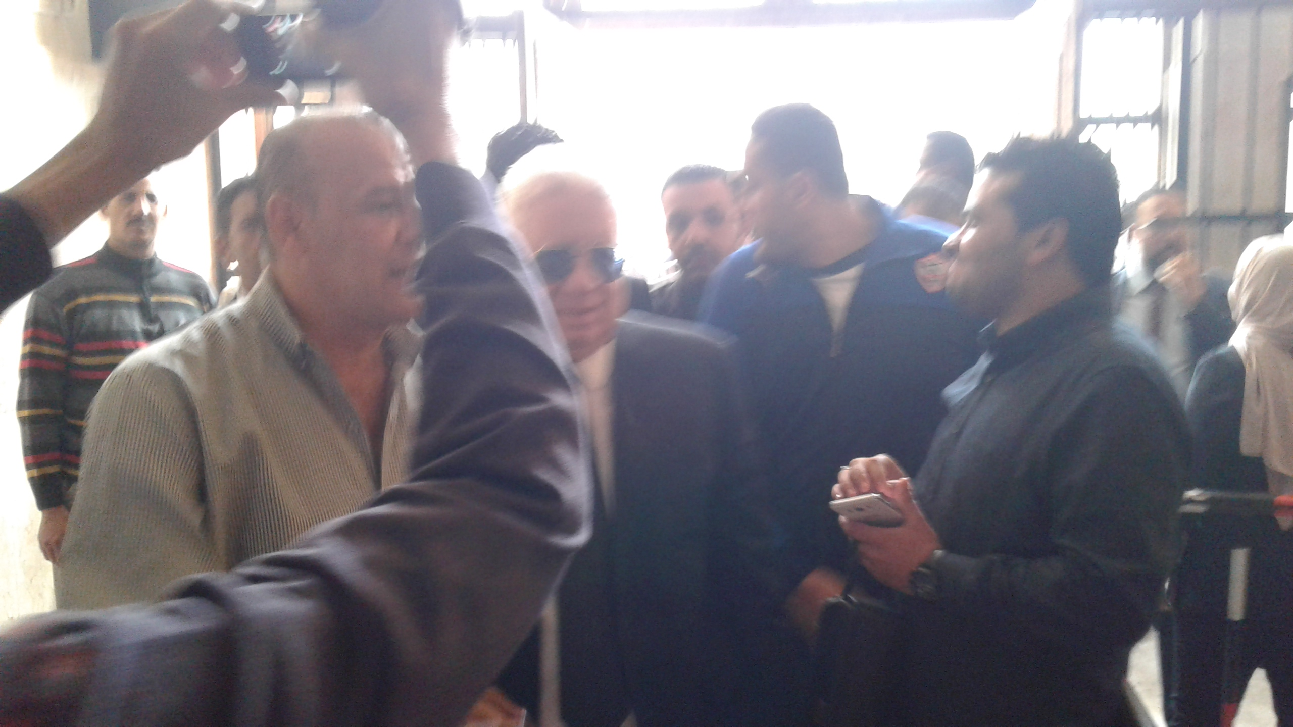 وصول مرتضى منصور لمحكمة شبين الكوم (6)