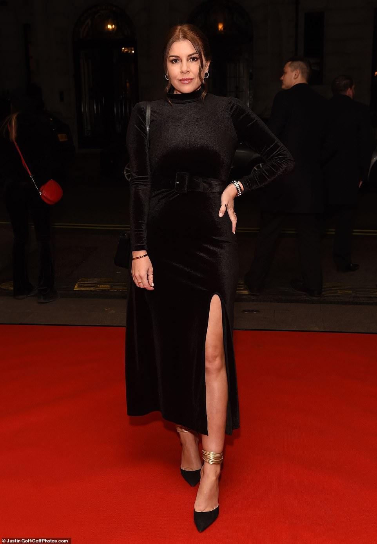 إيموجين توماس تتألق بفستان أسود