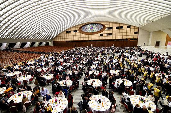 البابا فرنسيس يستضيف 1500 من الفقراء والمشردين على مأدبة غداء