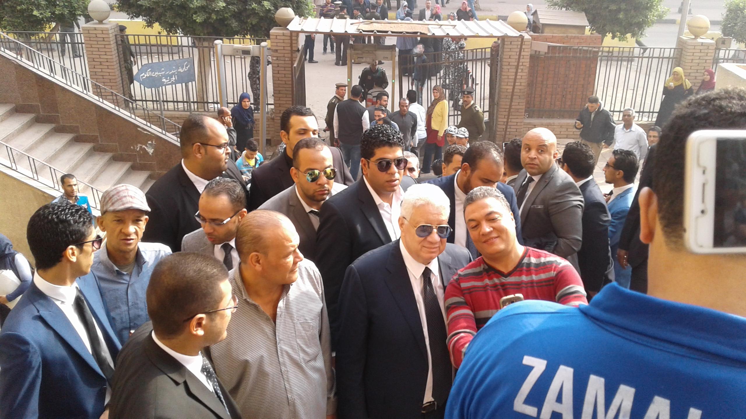 وصول مرتضى منصور لمحكمة شبين الكوم (5)
