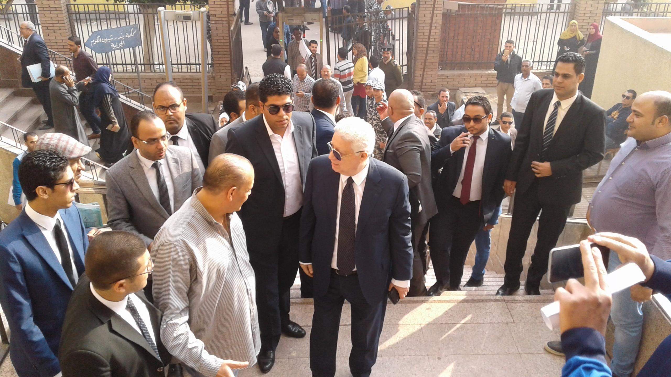 وصول مرتضى منصور لمحكمة شبين الكوم (2)