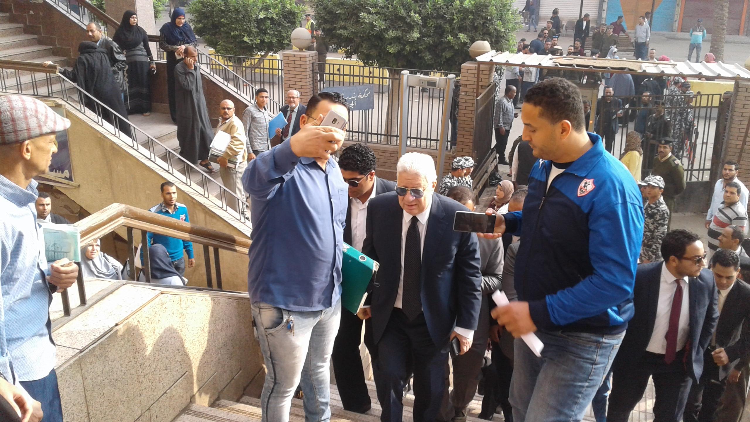 وصول مرتضى منصور لمحكمة شبين الكوم (1)