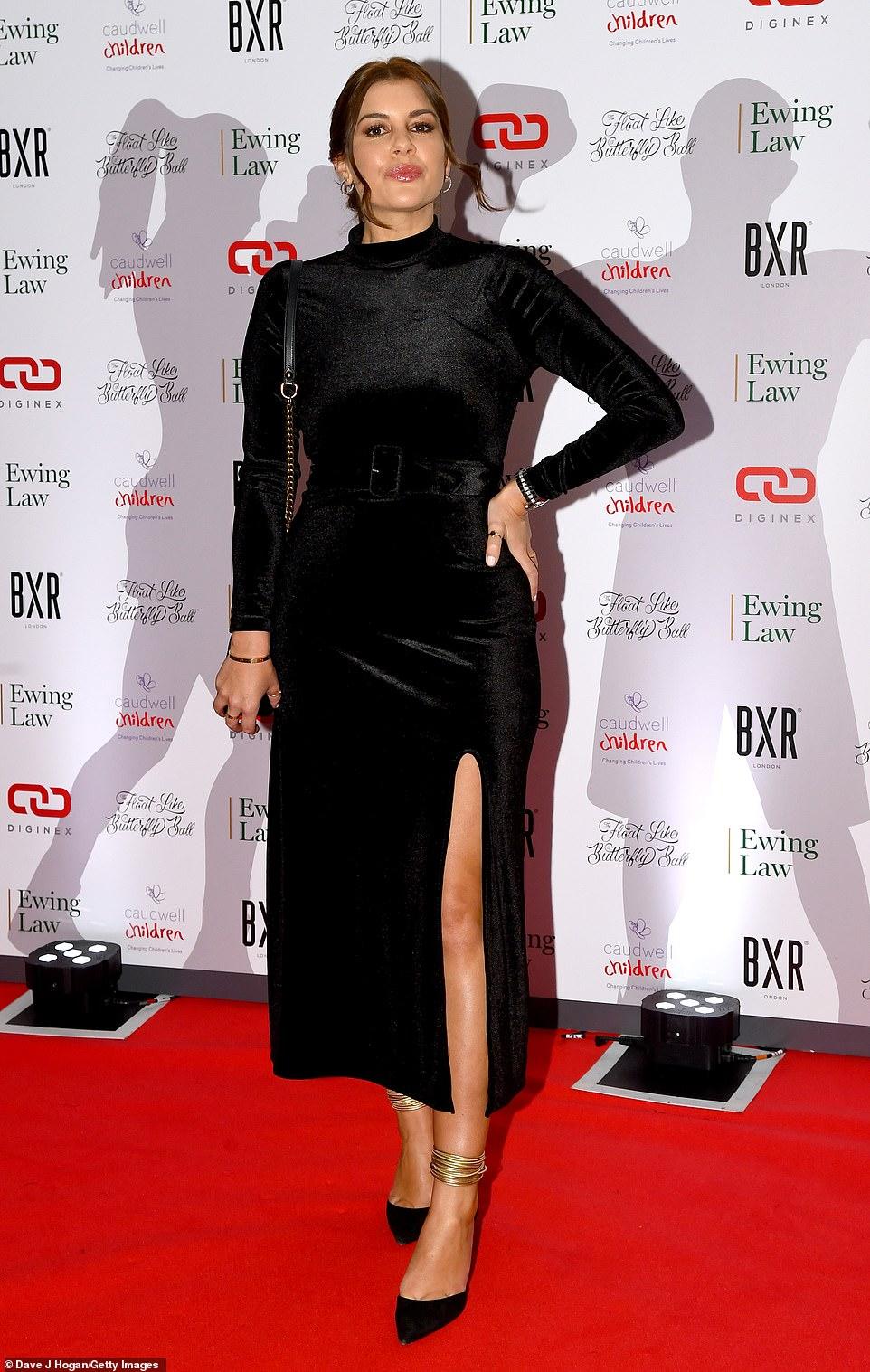 إيموجين توماس تتألق بفستان قطيفة أسود