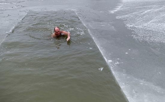 جانب من ممارسة رياضة السباحة فى الجليد