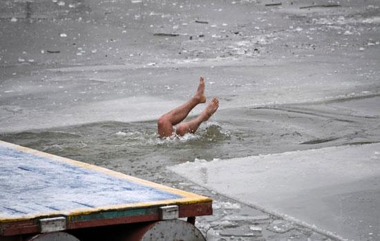 جانب من السباحة فى برك الجليد