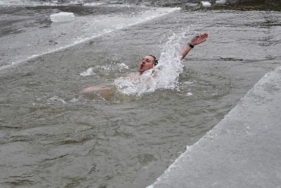 روسى يسبح ى برك الجليد