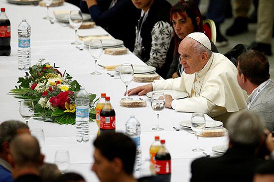 بابا الفاتيكان ينظر لأحد الحضور فى الاحتفال باليوم العالمى للفقراء