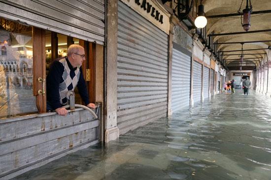 رجل يقف داخل المتجر فى ميدان سان مارك