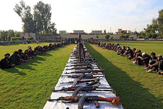 عناصر-داعش-المستسلمة-و-أسلحتهم