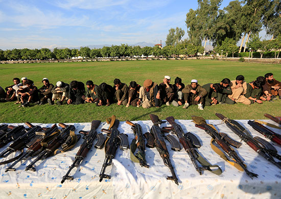 عناصر-داعش-و-أسلحتهم-بعد-استلامهم