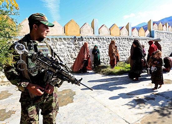 الامن-الافغانى-و-سيدات-داعش-عقب-إستسلامهم