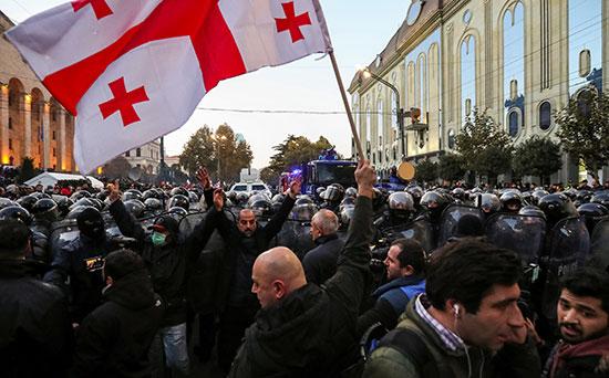 تحرك شرطة مكافحة الشغب لتفريق المتظاهرين