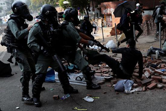شرطة-هونج-كونج-يجابهون-أحد-المتظاهرين-بالسلاح