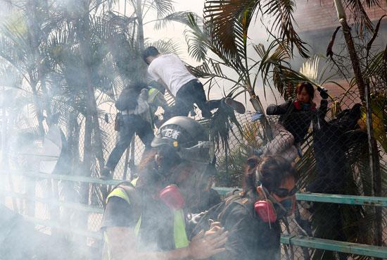 شرطى-يعتقل-متظاهرة