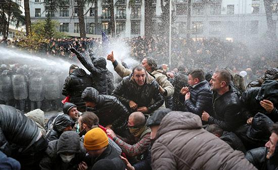محاولات تفريق المتظاهرين