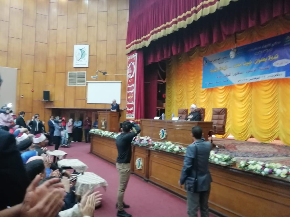 مفتى الجمهورية خلال الندوة بجامعة الفيوم (8)