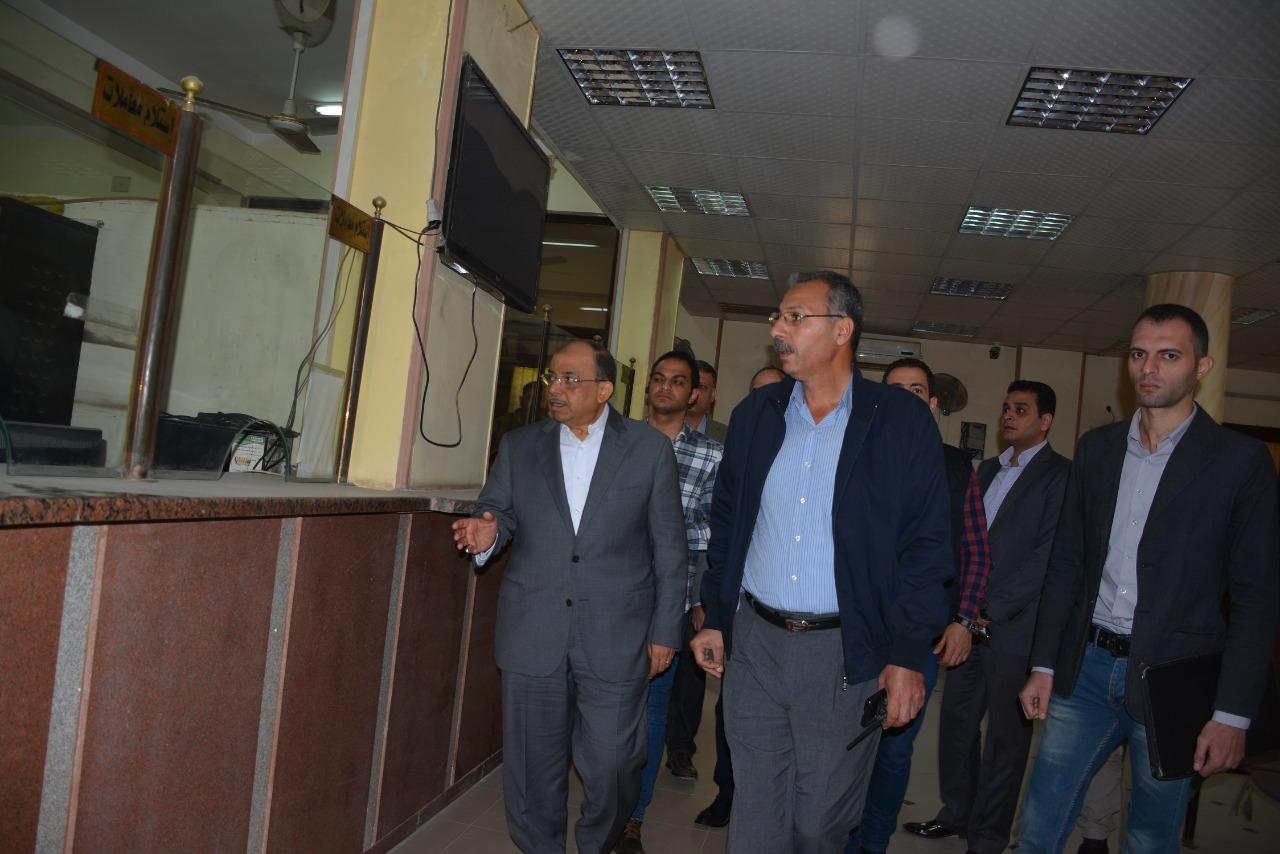 وزير التنمية الإدارية يتفقد مركز خدمة المواطنين