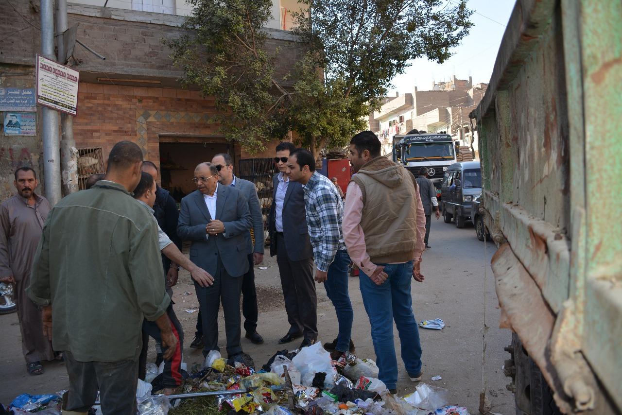 وزير التنمية المحلية يرصد تراكم القمامة فى شوارع الخانكة
