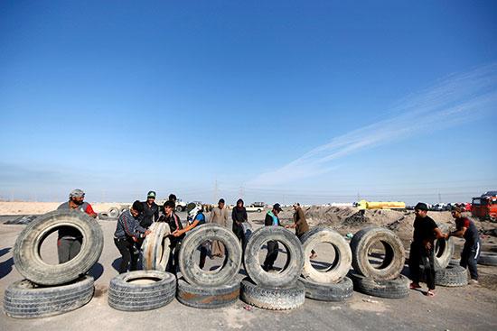 محتجون يغلقون مدخل ميناء خور الزبير