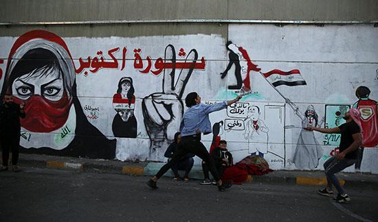 محتجون يرسمون الجرافيتى