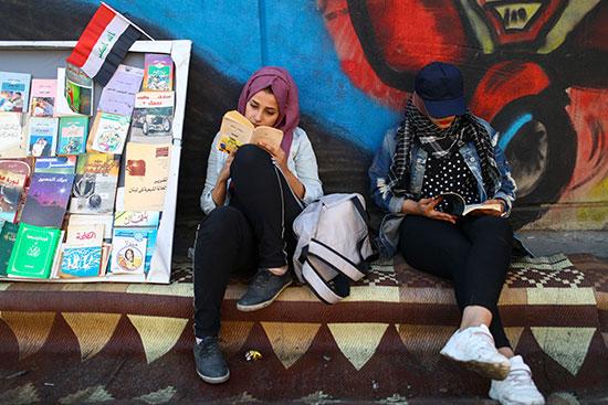 محتجون يكونون مكتبة صغيرة للقراءة