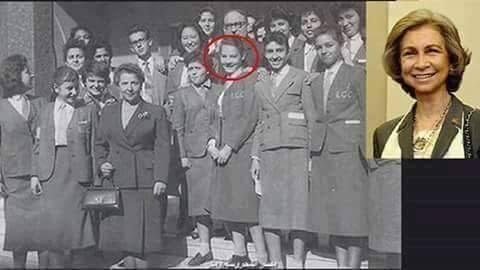 الملكة صوفيا وسط زملاءها أثناء دراستها بالإسكندرية