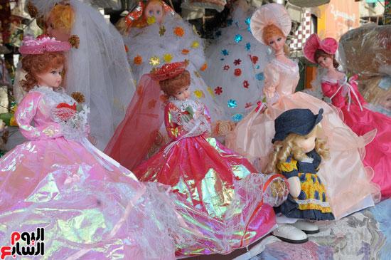 عروسة-بلاستيك-مرتدية-فستان-سواريه