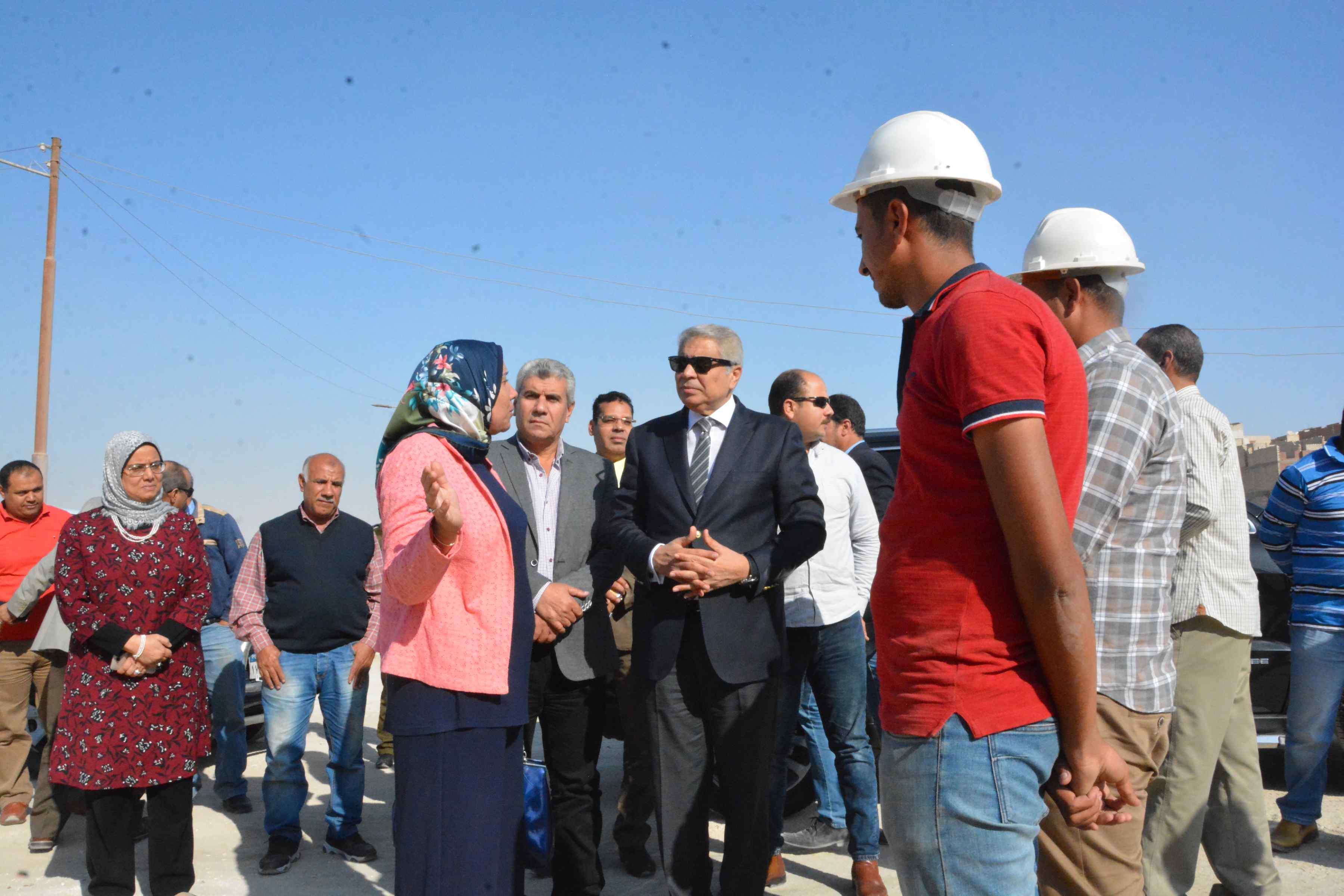 محافظ المنيا يتفقد أعمال مشروع الصرف الصحى بقرية دير جبل الطير (1)