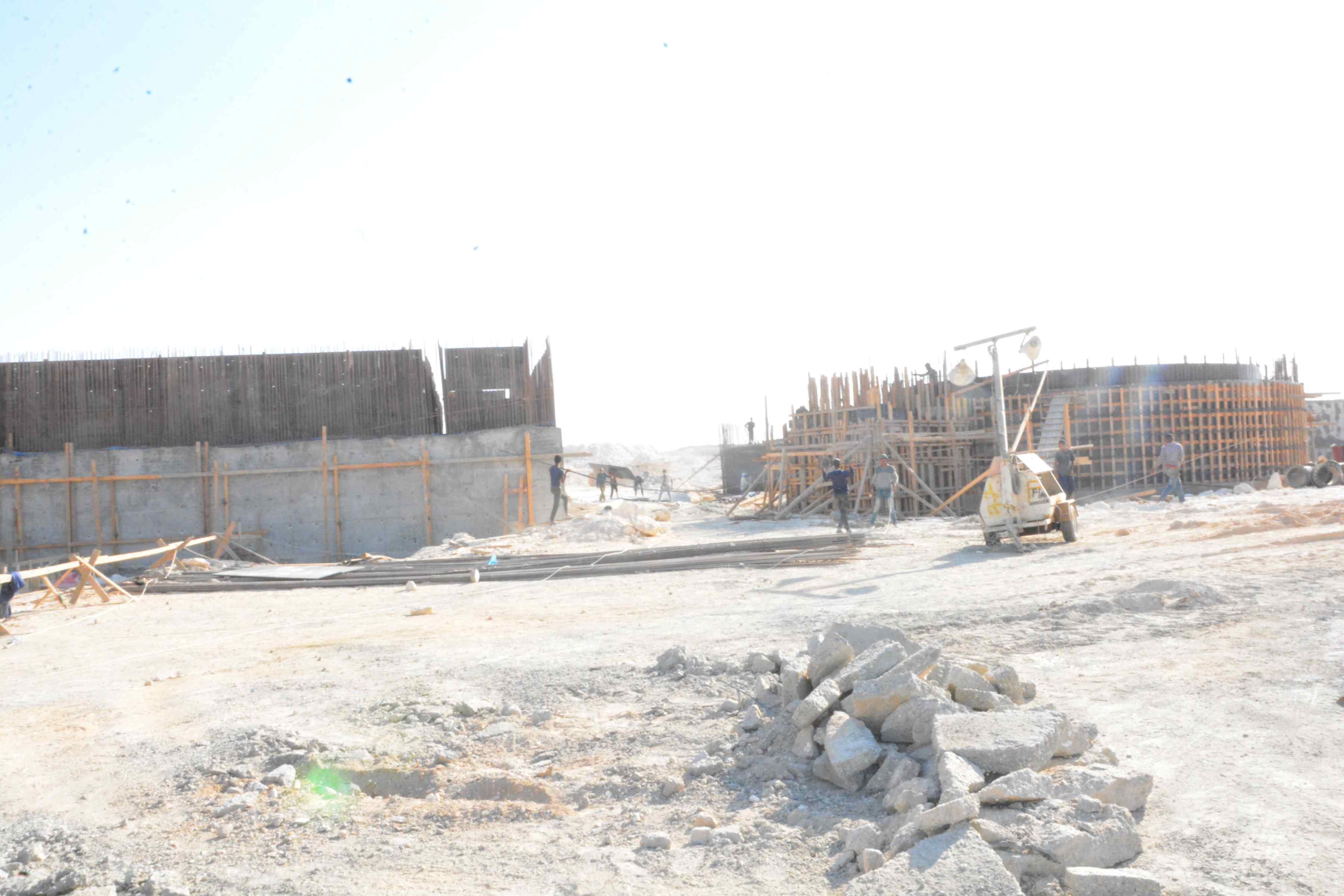 محافظ المنيا يتفقد أعمال مشروع الصرف الصحى بقرية دير جبل الطير (4)