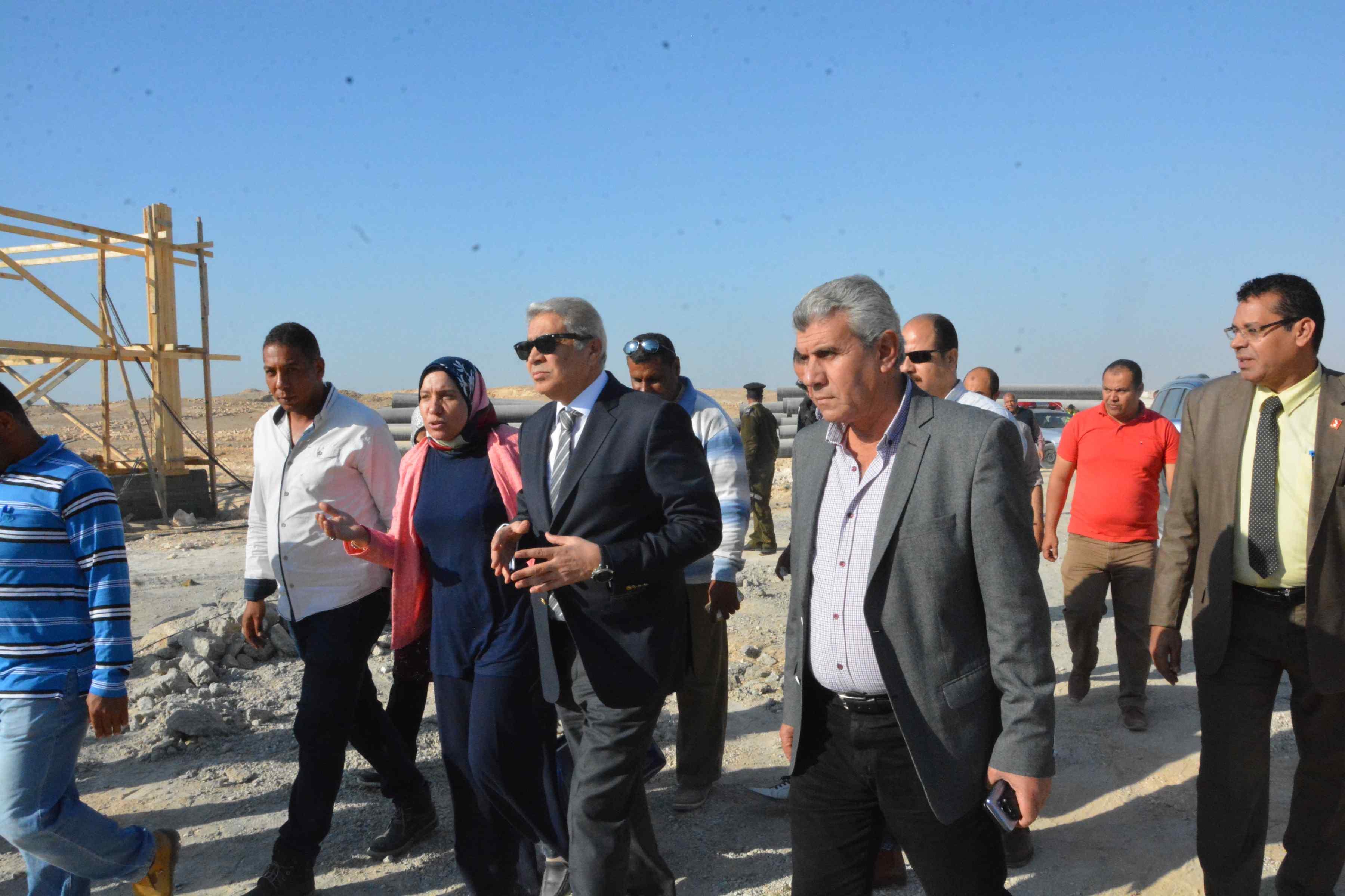 محافظ المنيا يتفقد أعمال مشروع الصرف الصحى بقرية دير جبل الطير (5)