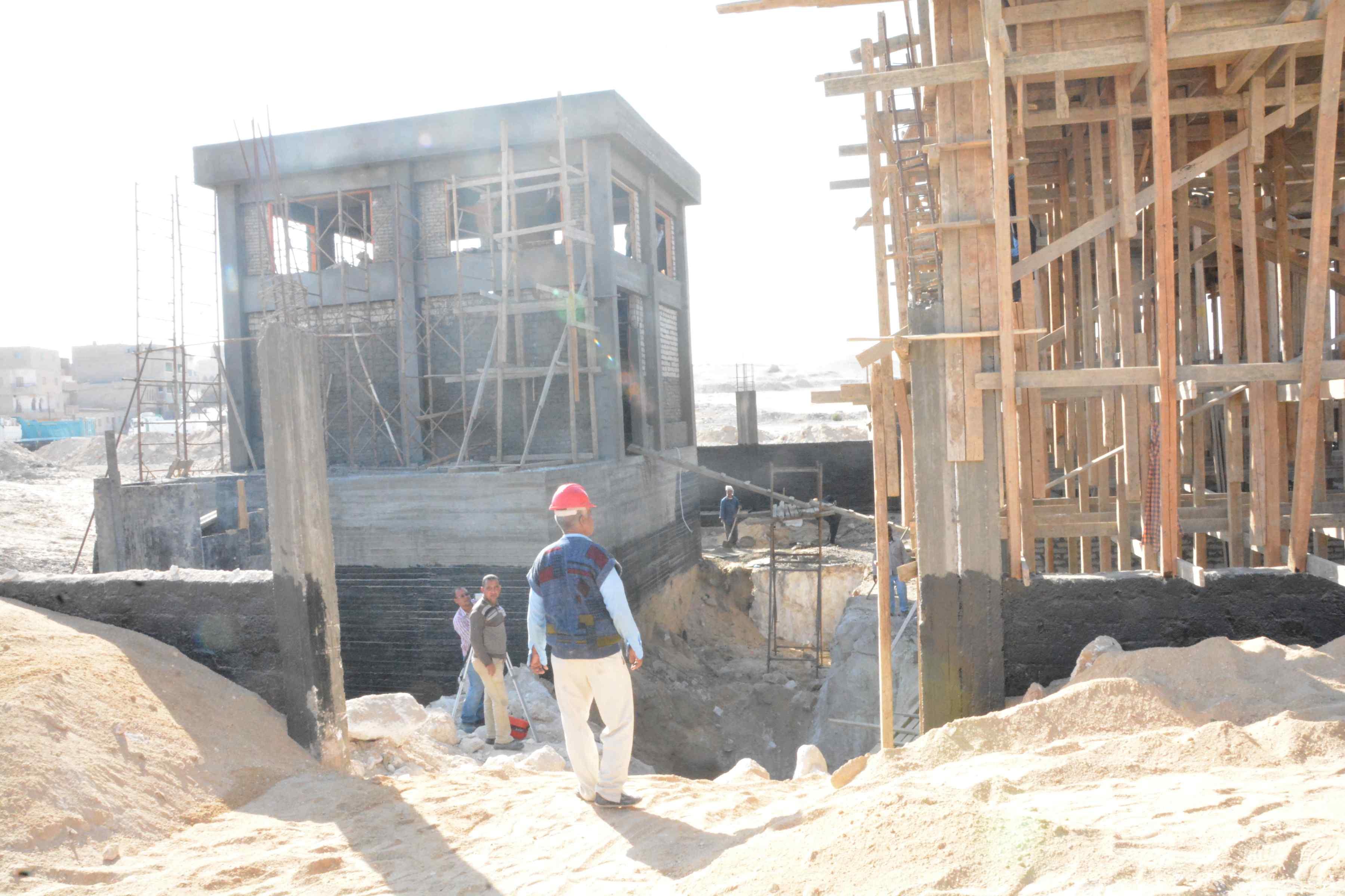 محافظ المنيا يتفقد أعمال مشروع الصرف الصحى بقرية دير جبل الطير (2)