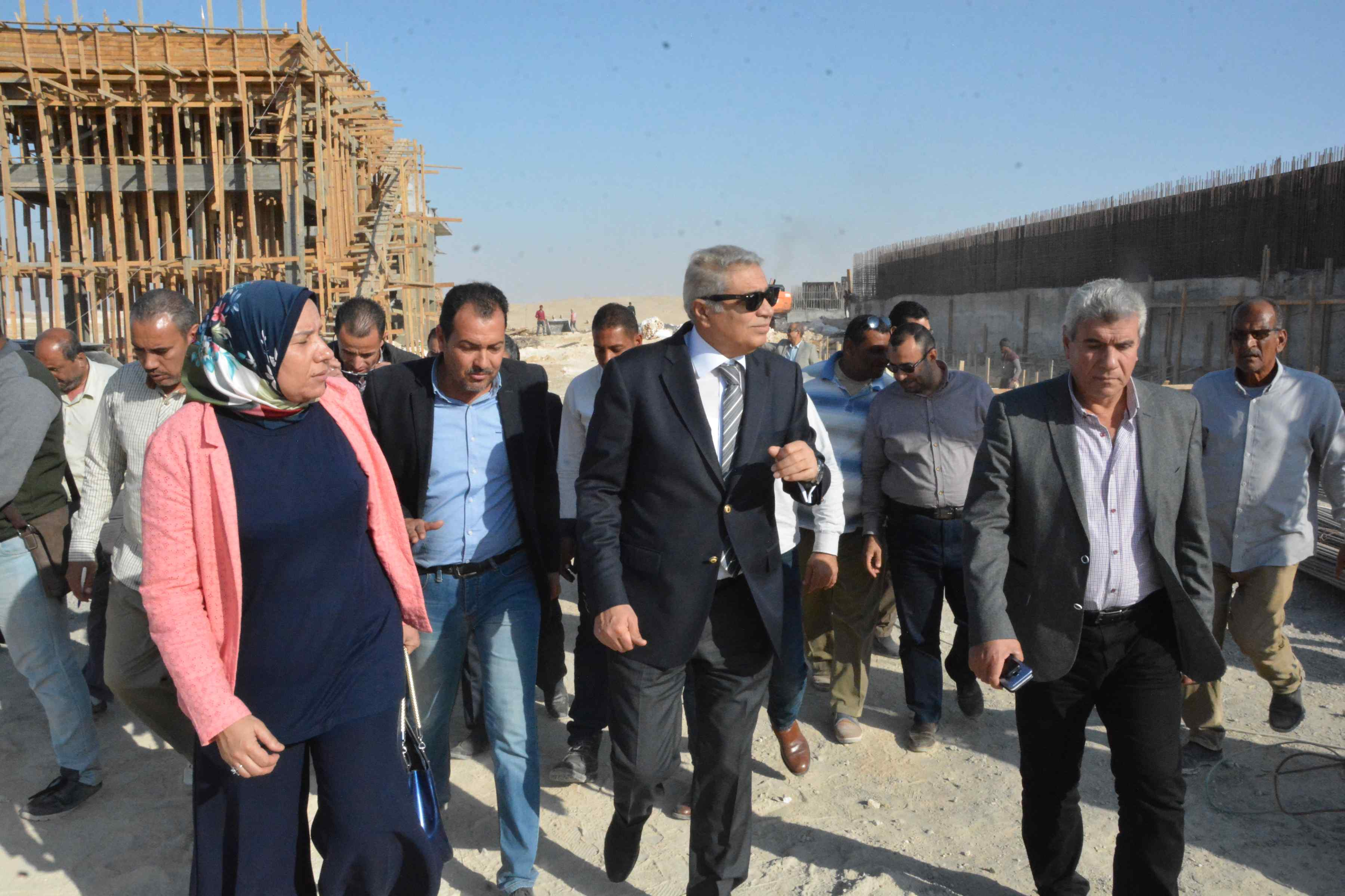 محافظ المنيا يتفقد أعمال مشروع الصرف الصحى بقرية دير جبل الطير (6)