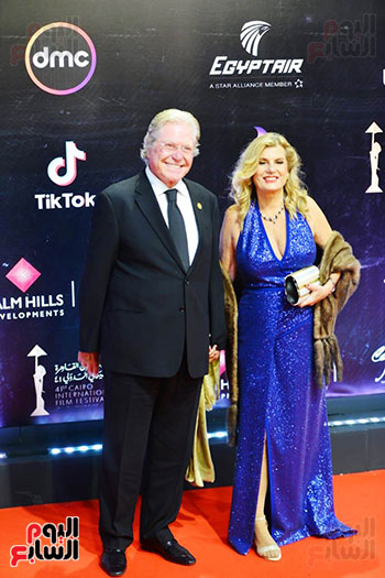 حسين فهمي وزوجته (3)