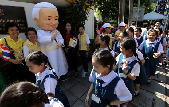 رجل-يرتدى-زى-البابا