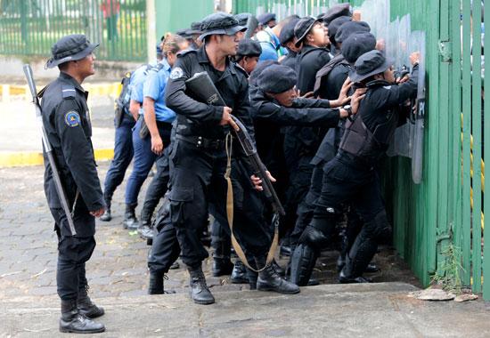 تصدى قوات الأمن للمتظاهرين