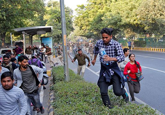 أفراد الشرطة الهندية يلاحقون محتجيين