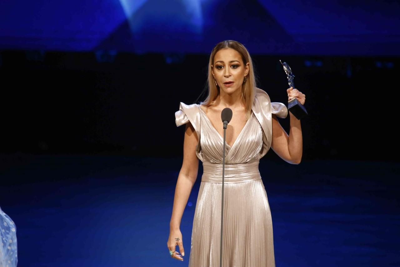 منة شلبى مع جائزة فاتن حمامة