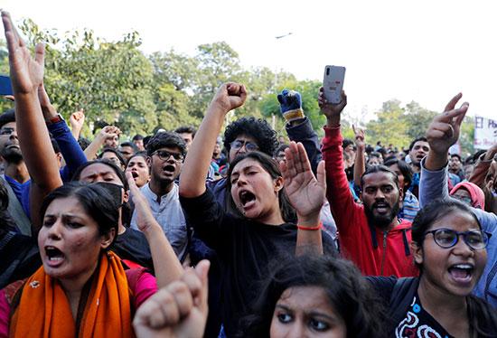 الطلبة فى الهند ينددون برفع الرسوم