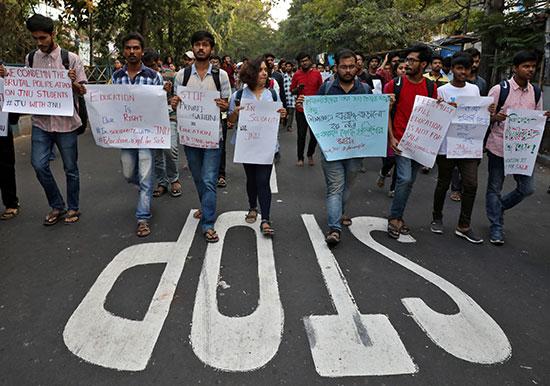 مسيرة طلابية احتجاجا على رفع الرسوم