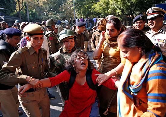 طالبة تقاوم محاولة اعتقال الامن لها