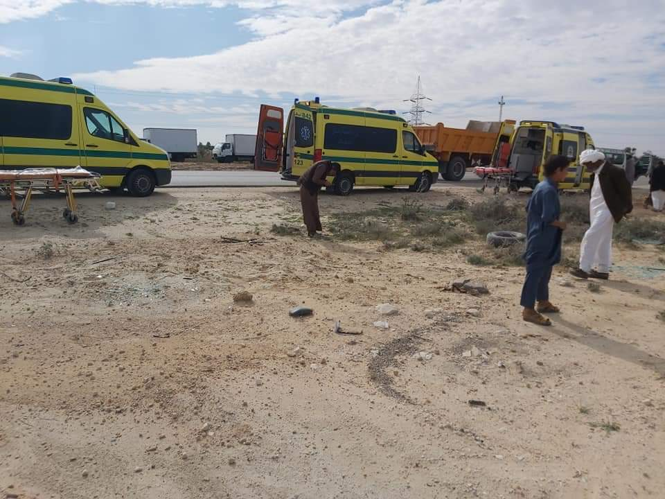 إصابة 11 شخصا في حادث انقلاب سيارة على طريق مطروح (4)