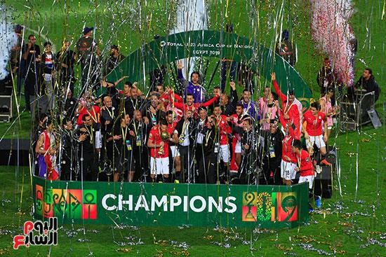 لحظة رفع المنتخب الأولمبى كأس بطولة أمم أفريقيا 2019 (40)
