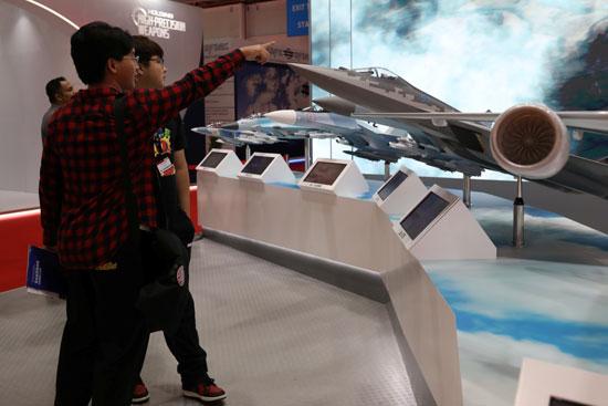أحد نماذج الطائرات المعروضة فى المعرض