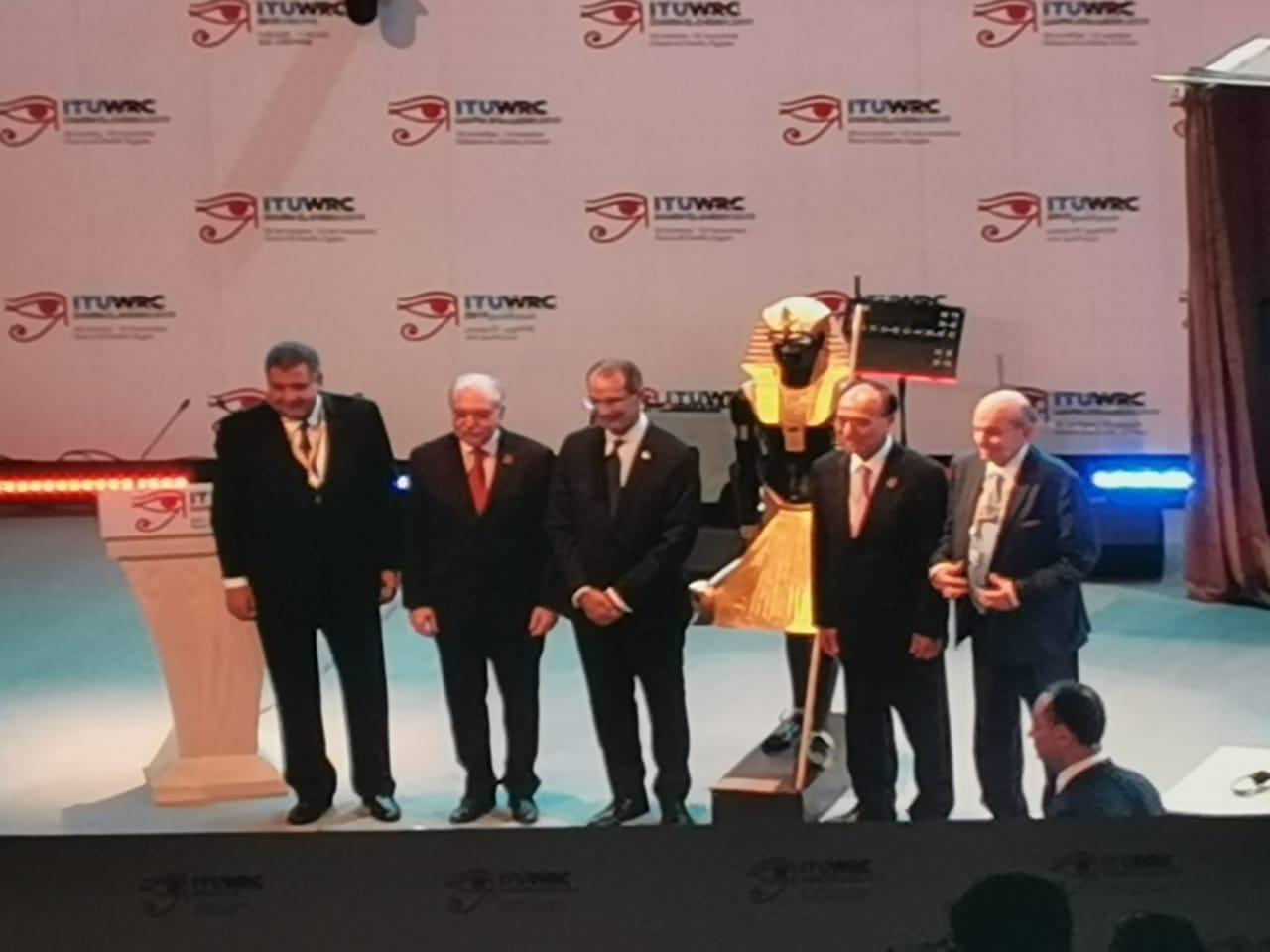 وزير الاتصالات يهدى تمثال توت عنخ آمون لرئيس الاتحاد الدولى للاتصالات
