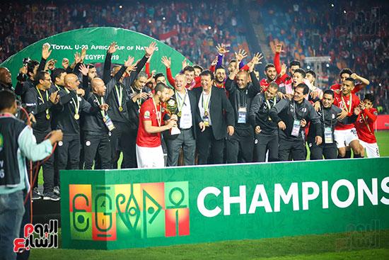 لحظة رفع المنتخب الأولمبى كأس بطولة أمم أفريقيا 2019  (28)