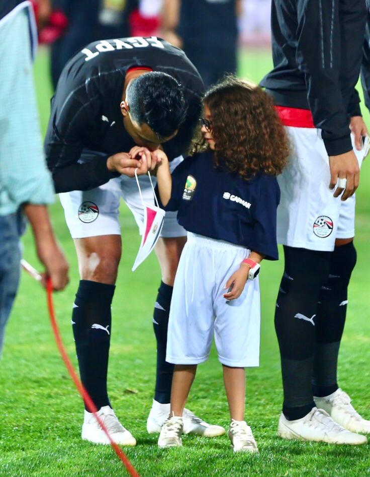 مصطفى محمد يقبل يد حفيدة الجنينى