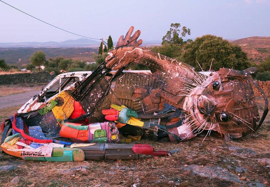 حيوانات من النفايات